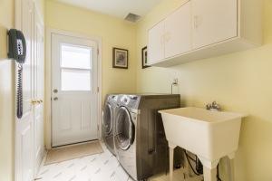Mn Flr Laundry w/Garage Entry