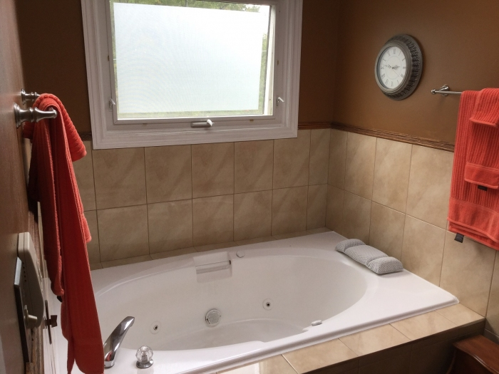 Large jacuzzi tub in ensuite